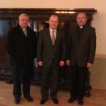Od lewej: ks. Ryszard Kamiński, Prezydent Piotr Krzystek, ks. Grzegorz Krząkała