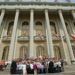 Pielgrzymi na schodach Bazyliki