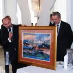 Prezes Janusz Adamek przekazuje obraz Starego Sącza