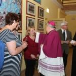 Ks. Biskup udziela błogosławieństwa przyszłym matkom.