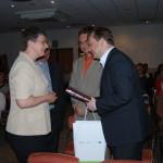 Pani Wanda Kuźma z Sądeckich Wodociągów przekazuje Kronikę Pielgrzymki na ręce Prezesa ZWiK Szczecin Beniamina Chochulskiego.