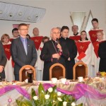 Abp Wacław Depo we wspólnej modlitwie przed dzieleniem się opłatkiem.