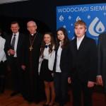 Wspólne zdjęcie dzieci z Ogniska Muzycznego z Arcybiskupem i Prezesem Wodociągów Siemianowickich