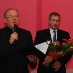 Ks. Grzegorz Krząkała odczytuje słowa podziękowania dla Prezesa Krzysztofa Broża