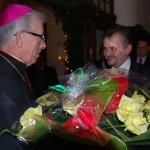 Kwiaty dla Arcybiskupa w podziękowaniu za wspólne kolędowanie.