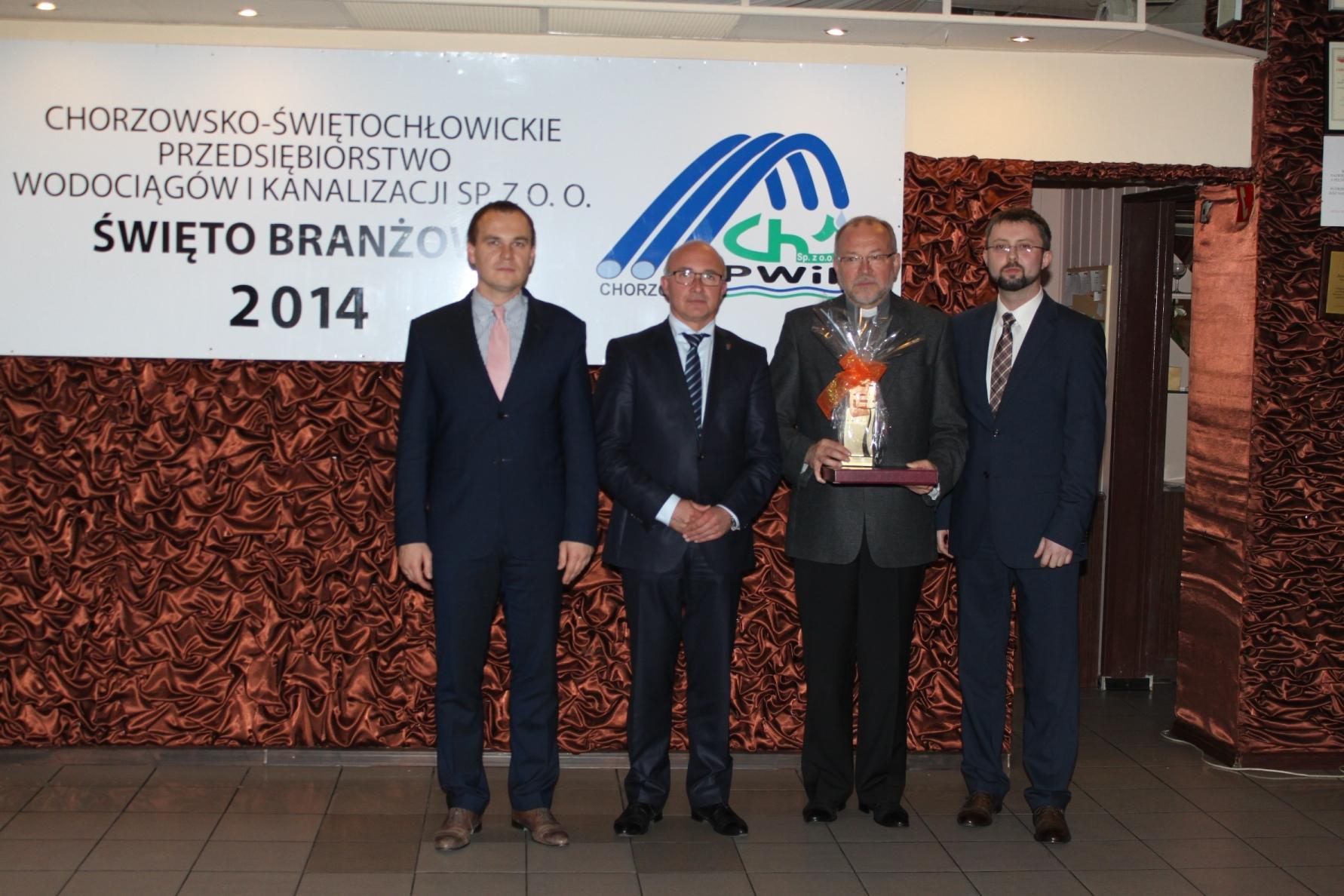 Krajowy Duszpasterz po otrzymaniu nagrody z rąk Prezydenta Miasta Chorzowa i Świętochłowic oraz Prezesa PW i K