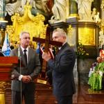 Prezes MPGK Mielec Marek Bąbała przekazuje Krzyż Pielgrzymkowy Prezesowi PWiK w Inowrocławiu Stanisławowi Kowalewskiemu.