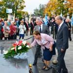 Prezes Marek Bąbała, p. Urszula Malińska i Prezydent Miasta Mielca Janusz Chodorowski składają kwiaty pod pomnikiem ks. kard. Stefana Wyszyńskiego