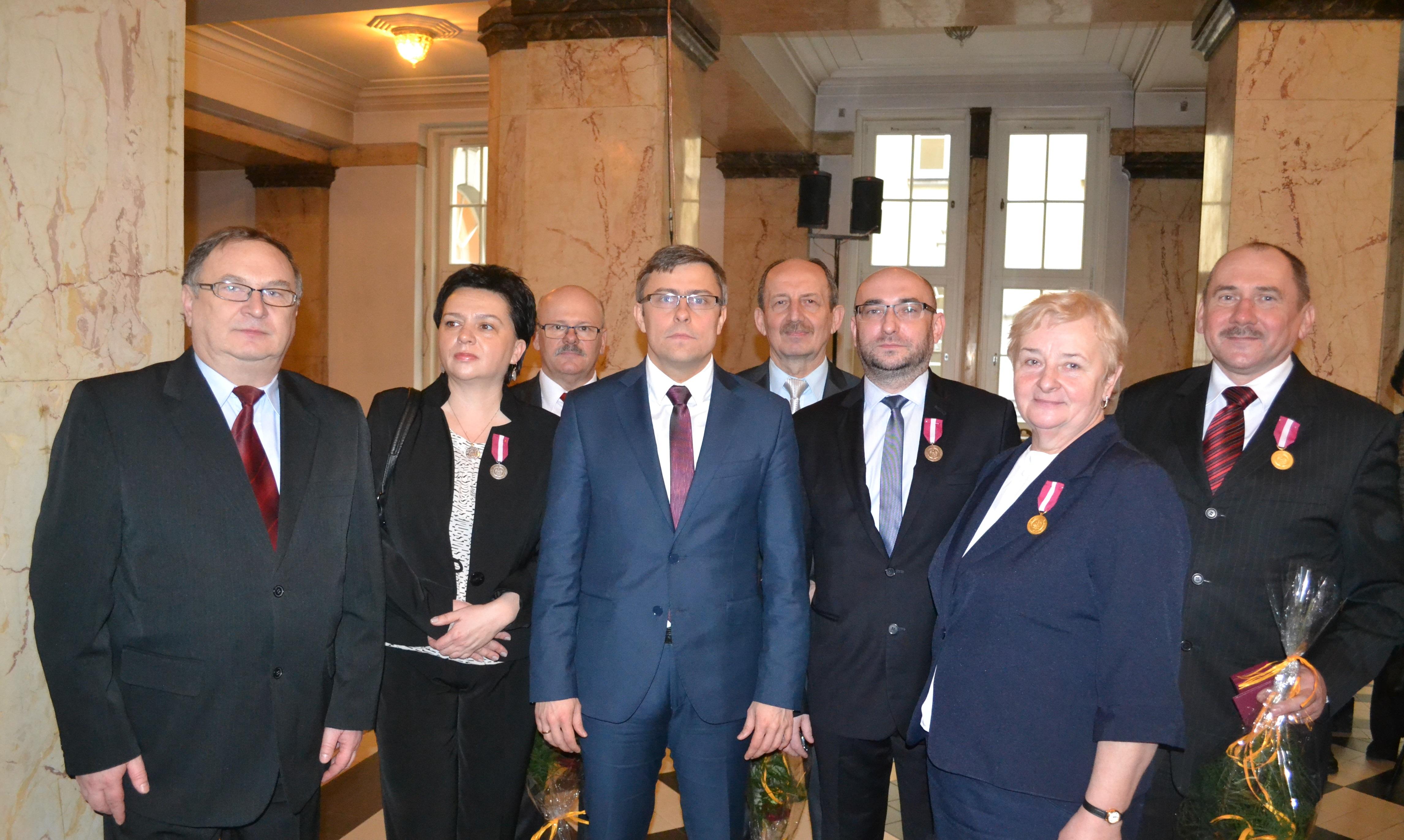 Wojewoda śląski Jarosław Wieczorek, prezes Janusz Dulik i odznaczeni pracownicy