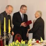 Stefan Bijak przyjmuje gratulacje z okazji przejścia na emeryturę.