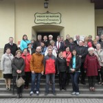 Uczestnicy spotkania na dziedzińcu w Kalwarii Zebrzydowskiej.