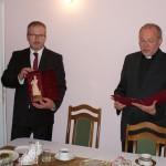 Ks. Grzegorz odczytuje list gratulacyjny.