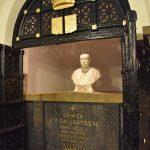 Popiersie i sarkofag ze szczątkami fundatora sanktuarium hrabiego De Balletrema