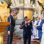 Prezes Kieleckich Wodociągów Henryk Milcarz przyjmuję Krzyż Pielgrzymkowy z rąk Jacka Zyśka - dyr. ekonom. PWiK w Olsztynie