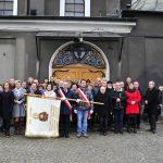 Uczestnicy spotkanie przed kościołem p.w. Podwyższenia Krzyża Świętego